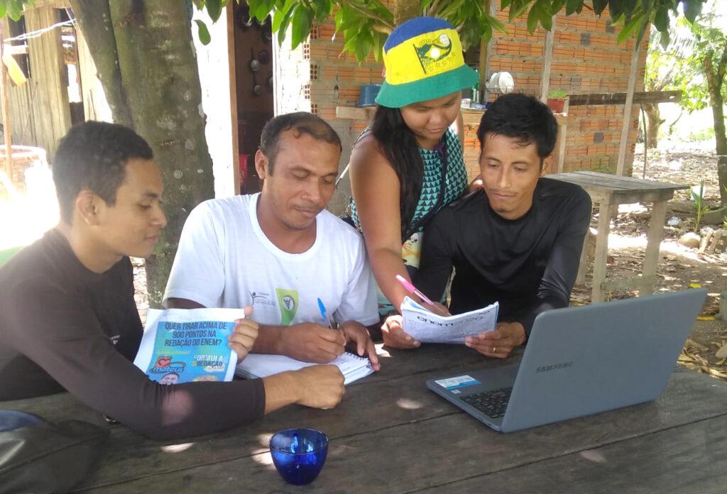 jovem universitário ajuda moradores de sua comunidade com aulas de redação