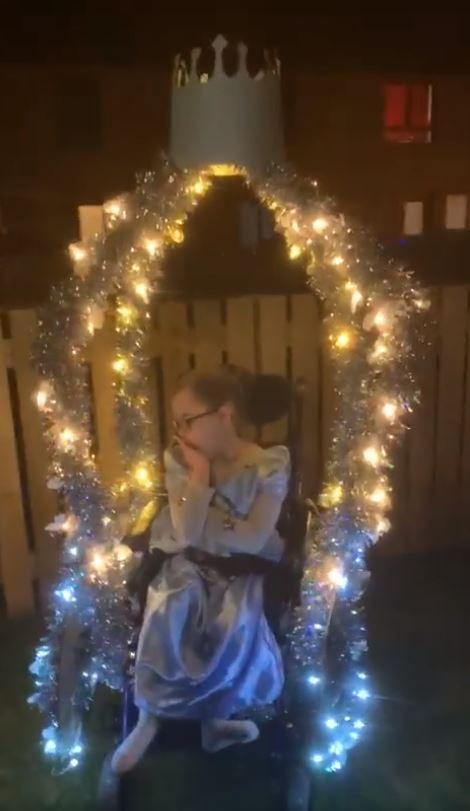 pai criativo transforma filha cadeirante princesa para halloween