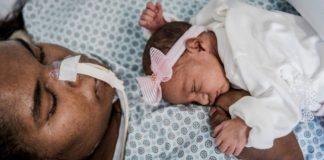 mãe internada paralisia rara chora ver a filha pela primeira vez