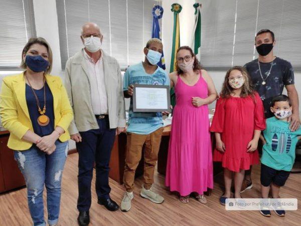 coletor de lixo recebe homenagem prefeitura salvar menino atropelamento