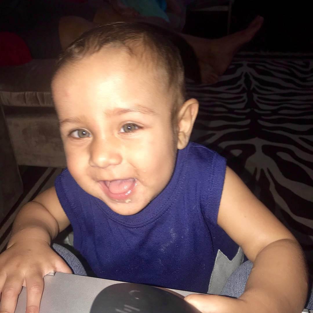 menino sorrindo após cura do câncer