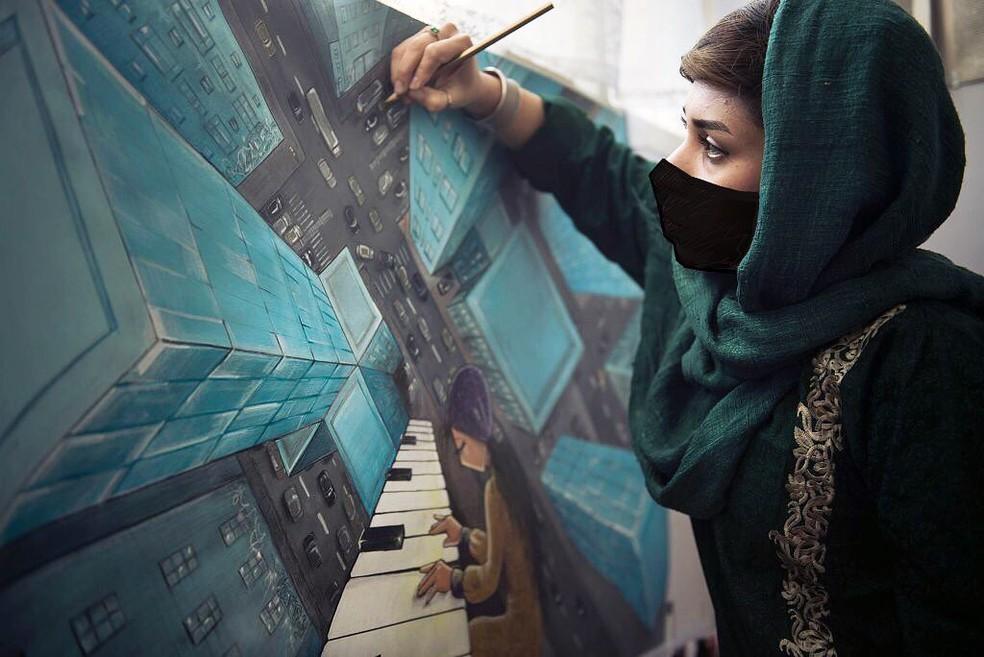 grafiteira afegã transforma resistência feminina ao talibã em arte