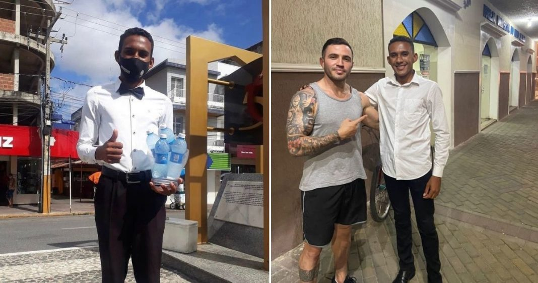 Homem vestido de garçom vendendo água mineral na rua e, ao lado, Homem de camisa regata abraçando e apontando para jovem de camisa de mangas longas em frente a uma igreja