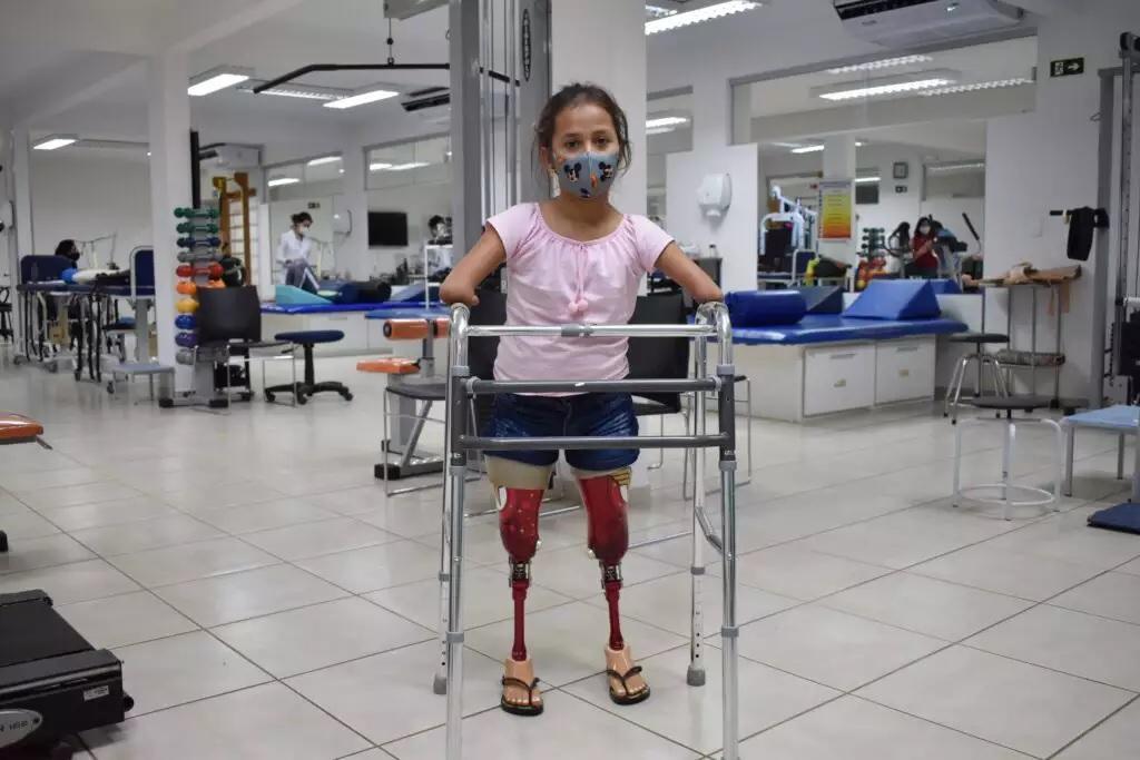 menina que nasceu sem braços e pernas ganha próteses da mulher-maravilha