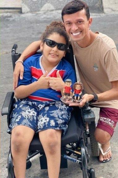 influencer usa popularidade para levantar dinheiro comprar cadeiras rodas criança carente