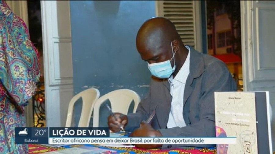 escritor africano consegue emprego após anos de procura no rj