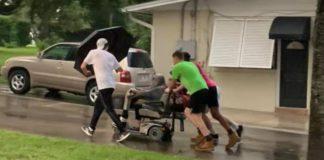 jovens ajudam idosa chegar em casa dia de chuva