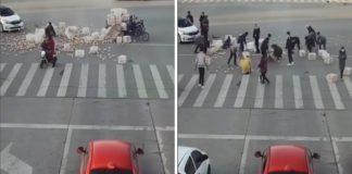 multidão se une para recolher maçãs caídas na rua