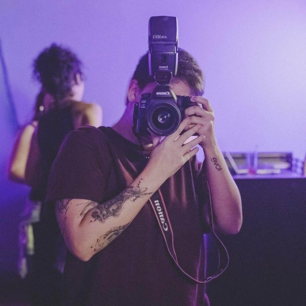 fotógrafa se prepara para tirar foto