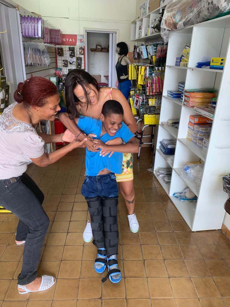 menino com poliomielite dá primeiros passos com ajuda de duas mulheres
