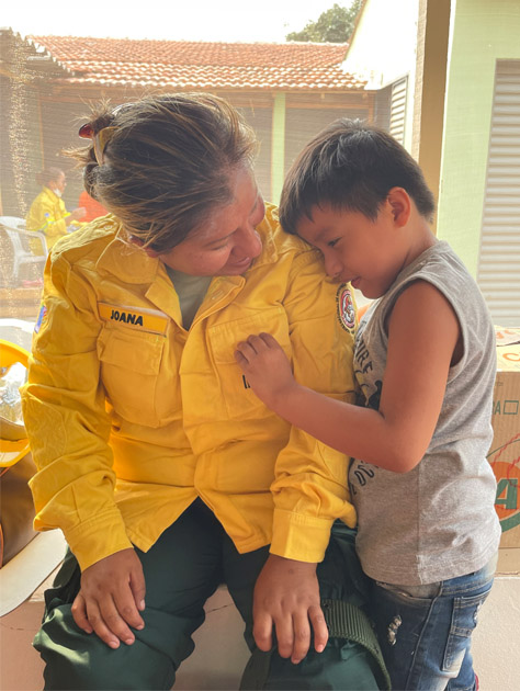 menino abraça brigadista do pantanal