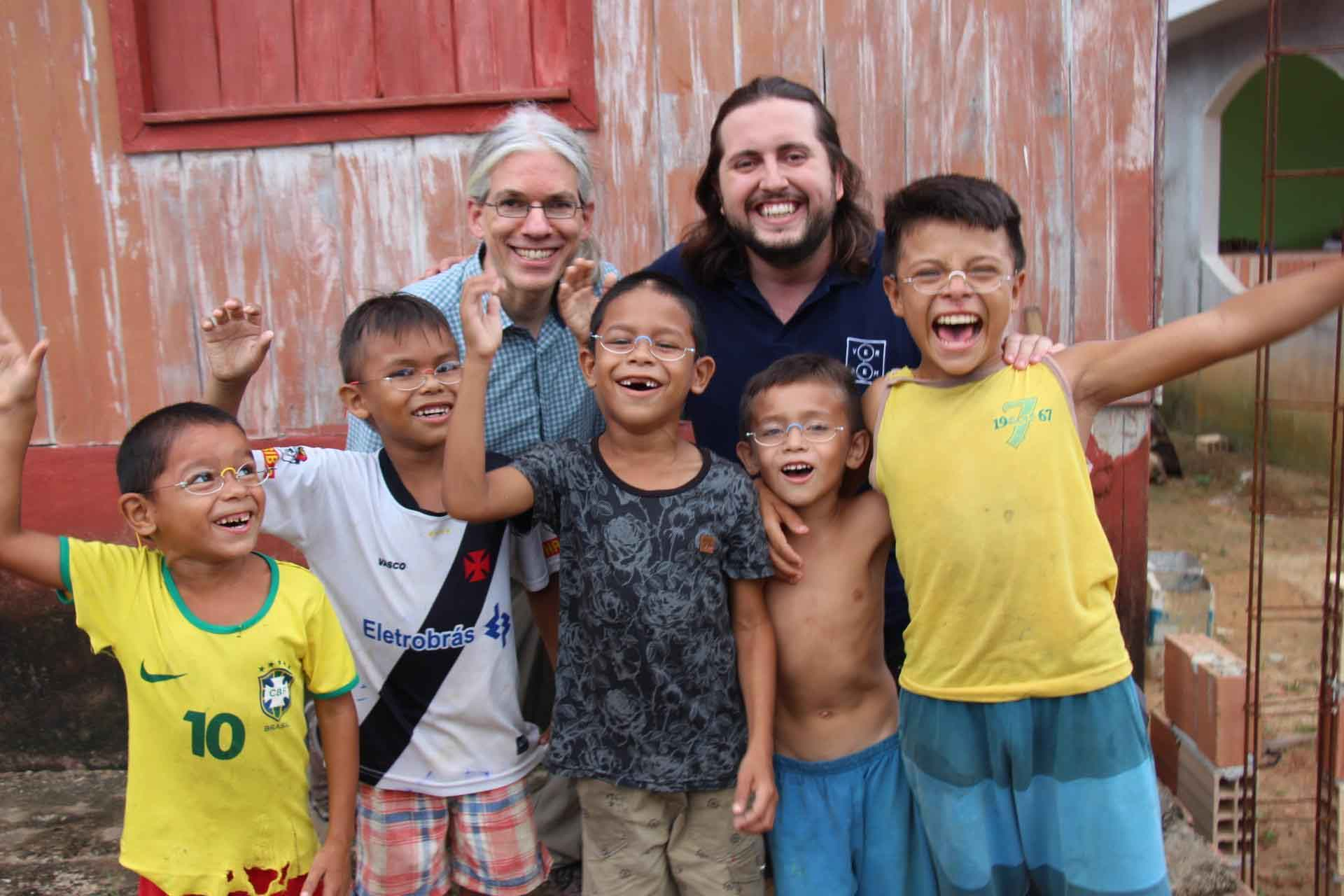 crianças sorrindo com óculos doado pela ótica verbem